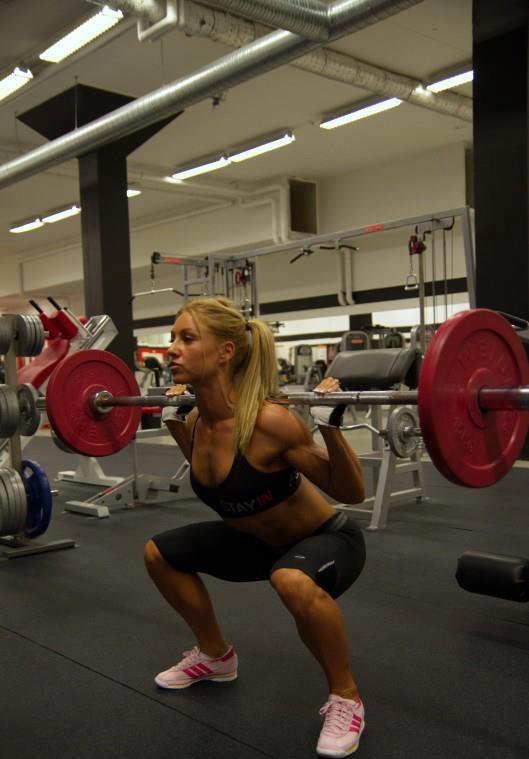 http://www.pharmasports.de/blog/wp-content/uploads/Kniebeugen-Sexy-Women-%C3%9Cbung.jpg