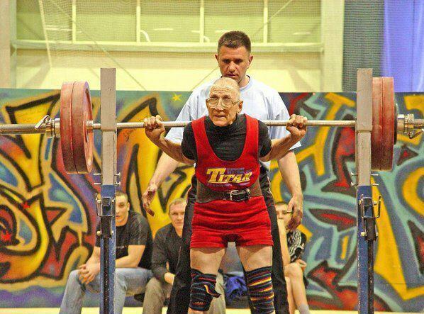 Starker alter Kraftsportler Opa Kniebeugen. Großer Respect.